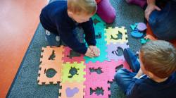 Kind mit bunten großen Lernpuzzleteilen