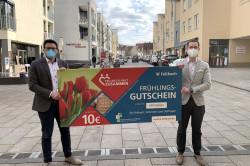 Florian Gruner (links) und Julian Deifel präsentieren den Fellbacher Frühlingsgutschein