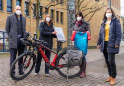 """Urkundenübergabe vom Projekt """"bike & work"""": Christian Meichle, Felicia Wurster, Oberbürgermeisterin Gabriele Zull und Birgit Orner"""