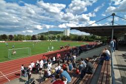 Fußballspiel mit Zuschauern im Stadion