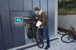 Die Stadtverwaltung sucht fahrradaffine Personen, die in den nächsten Wochen die neue Radbox am Bahnhof ausgiebig testen.
