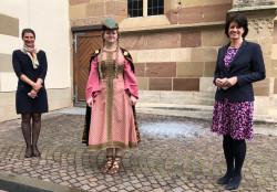 Maja Heidenreich, Elea Wolf im Kostüm der Pfalzgräfin Liutgard, OB Gabriele Zull