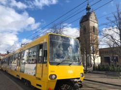 U Bahn mit Lutherkirche im Hintergrund