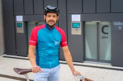 Der Fellbacher Tobias Schäf testet mit seinem Fahrrad die neue Radbox