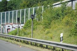 Zwei Geräte zur Geschwindigkeitsmessung stehen an einer Straße