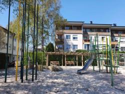 Kletterstangenwald, Rutschen mit Klettergerüst und eine Wasserpumpe auf dem Spielplatz am Albrecht-Dürer-Weg