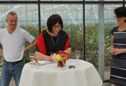 IBA'27 Intendant Andreas Hofer und IBA'27 Geschäftsführerin Karin Lang (Mitte) unterzeichnen mit Oberbürgermeisterin Gabriele Zull den kooperationsvertrag für das Fellbacher Projekt