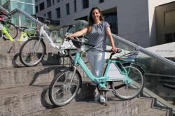 """Das Bild zeigt die Mobilitätsbeauftragte Birgit Orner mit dem """"Kappelrad"""""""