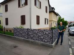 Peter Hauke vor seinem Haus. Nur der neue Belag des Gehwegs zeugt noch vom Glasfaserausbau in der Straße