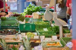 Ein Stand mit Obst und Gemüse auf dem Wochenmarkt