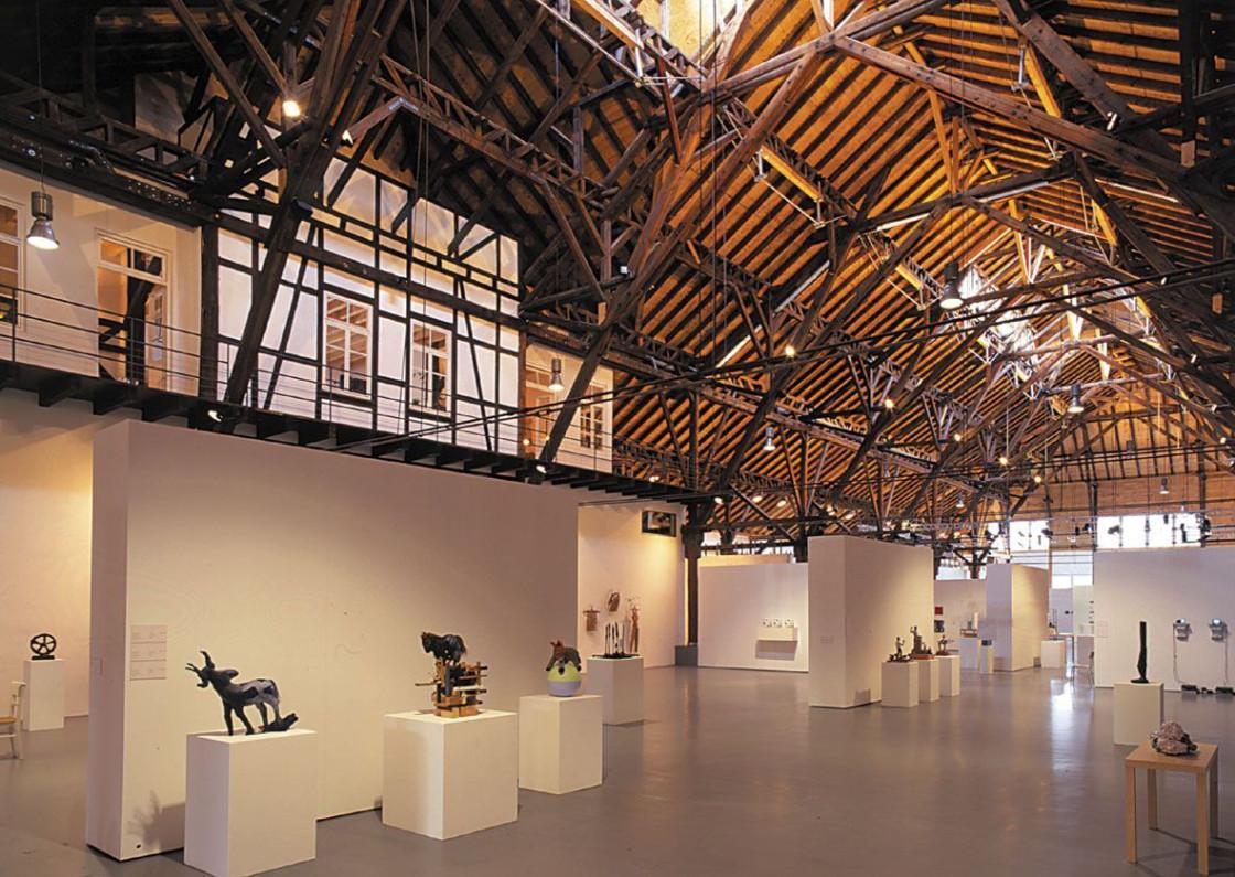 Innenraum Alte Kelter mit Exponaten der Triennale