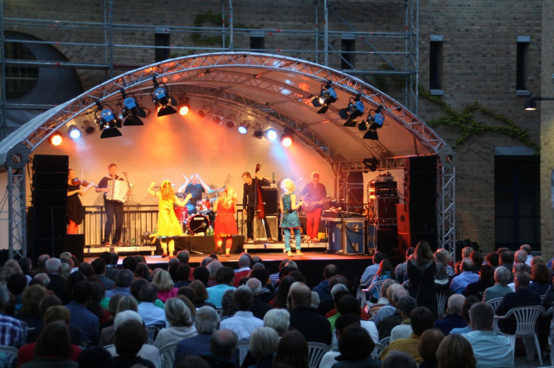 Konzert mit Värttinä im Rathaus-Innenhof im Kultursommer 2014