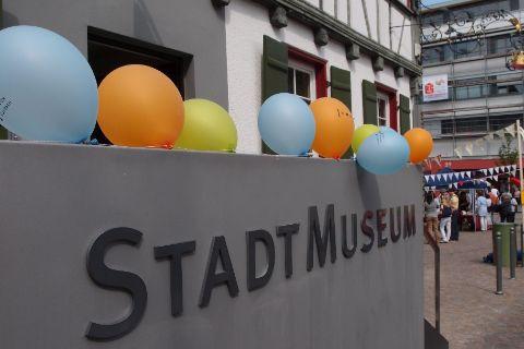 Ansicht des Museums mit Luftballons