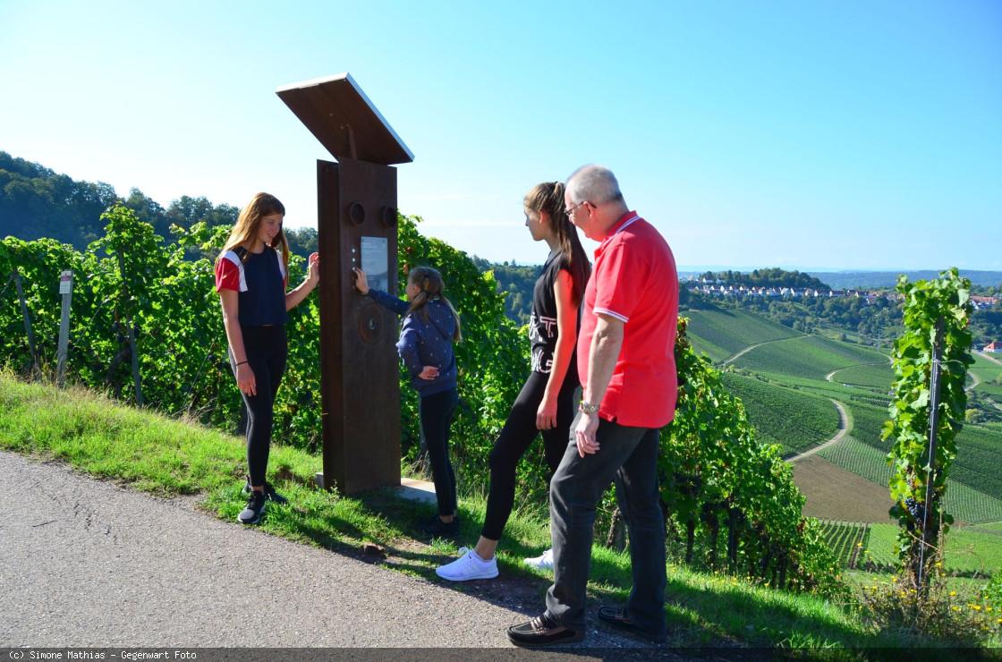 Kinder an der Hörstation auf dem Weinweg