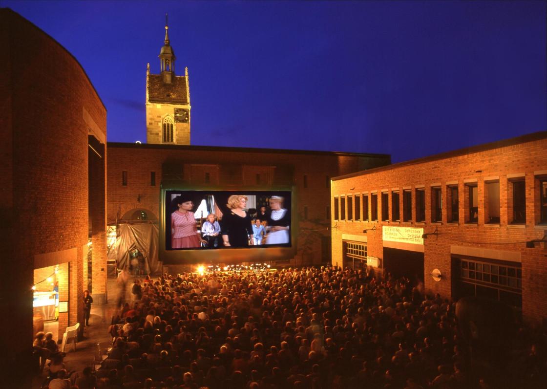 Rathaus-Innenhof mit Leinwand und Zuschauerreihen beim Sommernachtskino