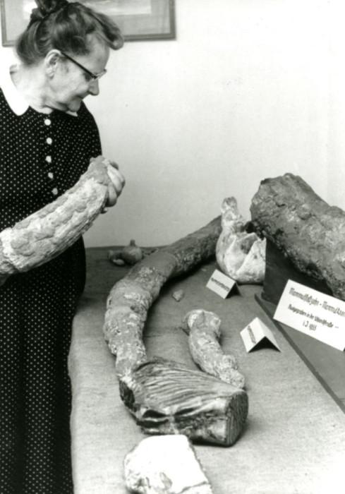 Maria Maneth mit Versteinerungen im Heimatmuseum