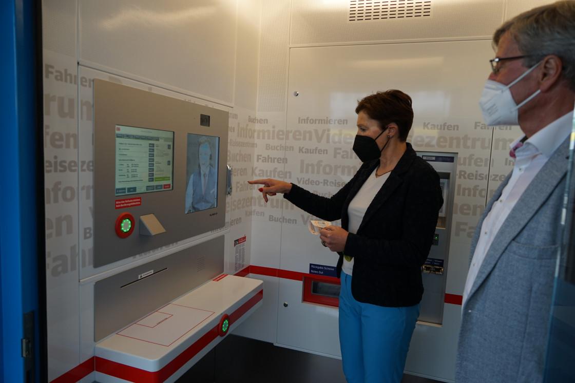 Soltys testet Reisezentrum und steht vor dem Monitor