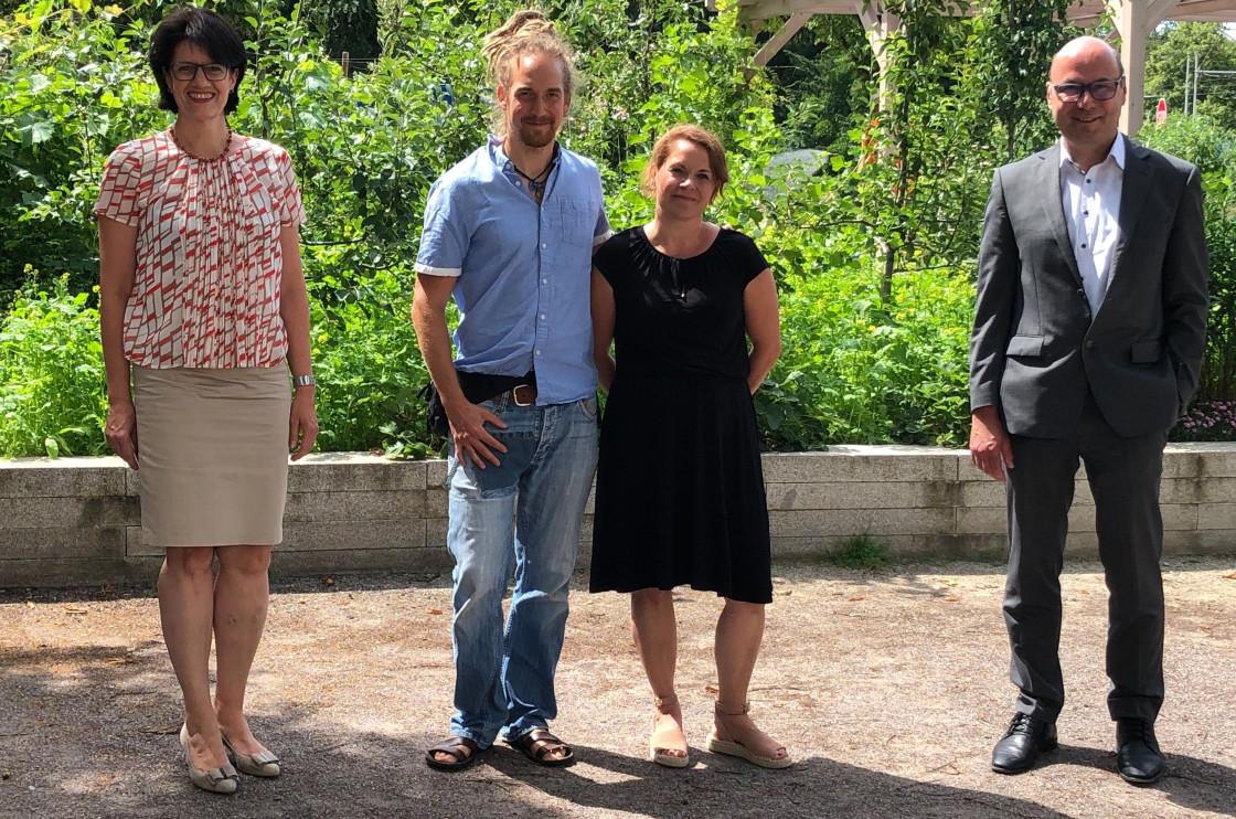 Stellen den Peter-Hauser-Preis gemeinsam vor: OB Gabriele Zull, David und Judith Hauser und Stephan Gugeller-Schmieg (v.l.n.r.)