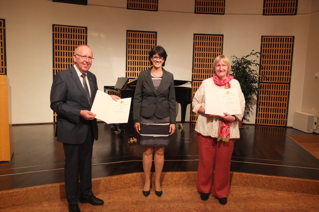 OB Gabriele Zull zeichnet Carola Mombrei und Siegfried Bihler mit der Landesehrennadel aus