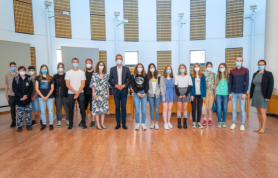 EBM Johannes Berner (9. v.l.) mit Schülern und Lehrern des FSG sowie Mitarbeitern des DEAB. Foto: Alex Cojocaru